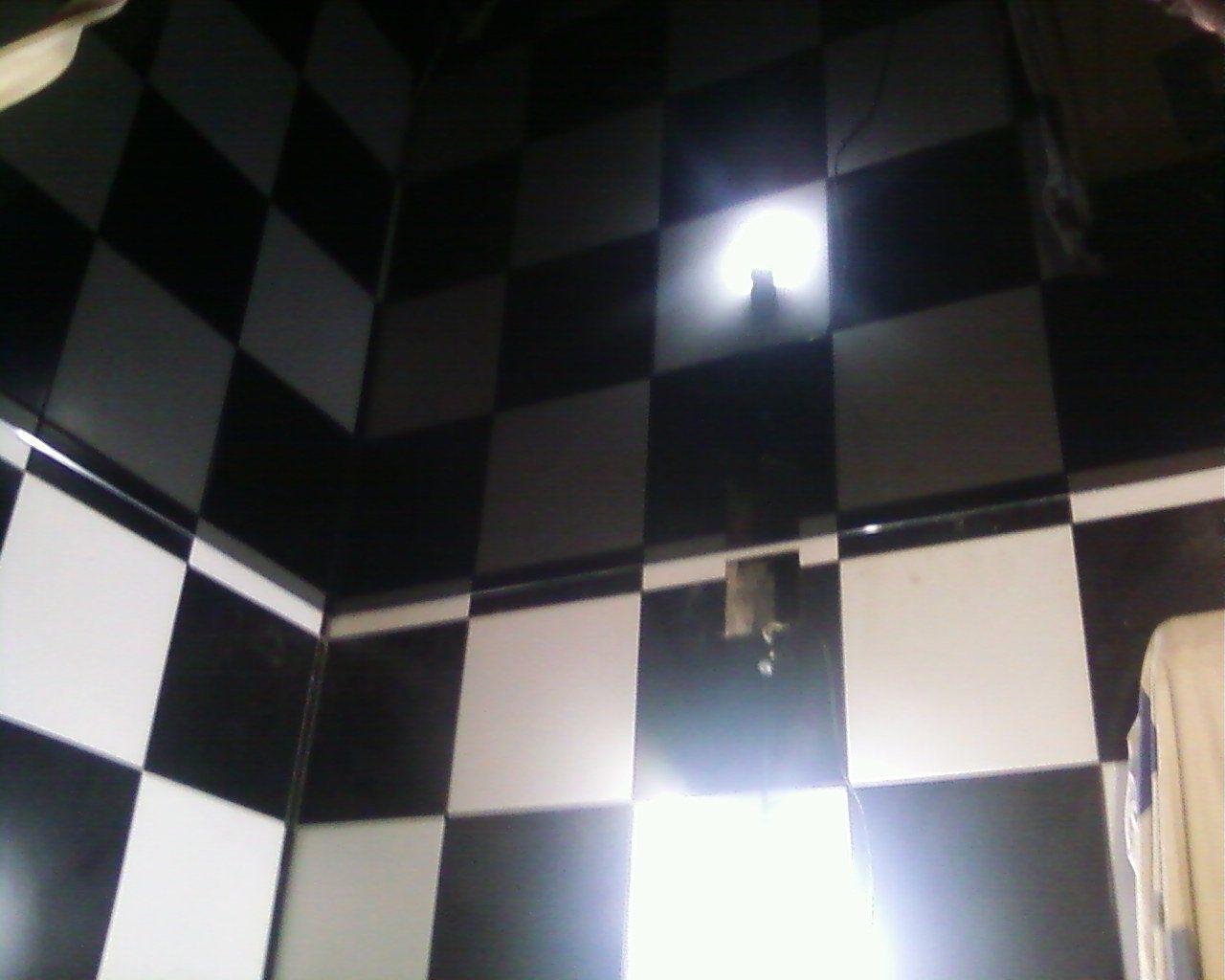 Черный потолок в ванной фото